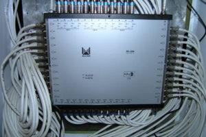 Kaskádní multipřepínač bytového domu pro 3 družice a 48 účastníků