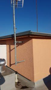 Ukotvení nového stožáru STA na zdi panelového domu